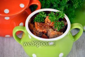 Ставим запекать горшочки в духовку. Готовим при 200 °С в течение 40-50 минут, до полной готовности. Подавать на стол можно предварительно украсив зеленью.