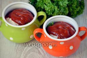 Добавляем также и грузинский соус (заменить его можно томатной пастой), наливаем кипячённую воду.