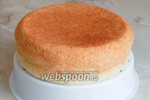 Готовый бисквит вынимаем с помощью вставки для варки на пару. Теперь нам нужно выдержать его не менее 10-12 часов, тогда он подсохнет и не будет крошиться при нарезании.