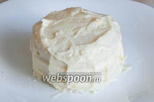 Обмазываем её кремом. Тоже самое делаем с 2 пирожными, которые состоят из 2 толстых кругляшей, только промазываем один слой.