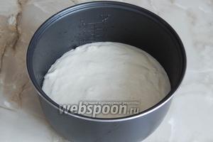 Чащу мультиварки чуточку смажем растительным маслом и выкладываем в неё тесто.