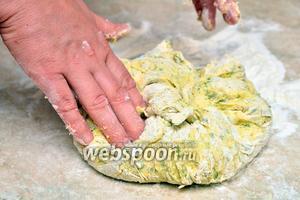 Замешиваем тесто руками до однородной массы.