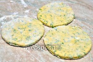 Раскатываем тесто и стаканом вырезаем круглые лепешки.