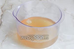 За это время наш ароматный чайный напиток остыл. Добавляем желатин к остальной жидкости, перемешиваем.