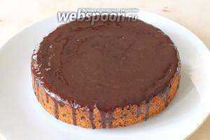 По желанию полить пирог шоколадной глазурью.