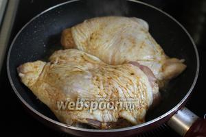 Разогреть масло и обжарить курицу с одной стороны, можно прикрыть крышкой.