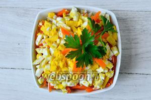 Украшаем салат оставшейся морковью и зеленью, после чего отставляем в холодильник на 1 час.  Спустя отведенное время, подаём на стол, приятного аппетита!