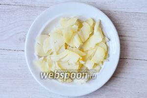 Картофель и морковь также предварительно отвариваем. Картофель нарезаем тонкой соломкой.