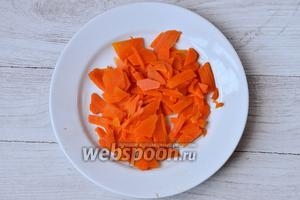 Морковь можно натереть на тёрке, а можно нарезать соломкой также как и картофель.