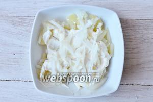 Укладываем ингредиенты слоями в салатницу. На первый слой кладём картофель. Слой подсаливаем, смазываем майонезом и посыпаем репчатым луком.