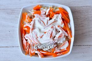 Кладём слой из моркови, смазываем майонезом.
