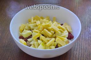 Твёрдый сыр нарезать на небольшие кусочки и добавить в салатник.