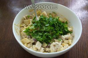 В последнюю очередь добавьте в салат измельчённую петрушку. Салат готов. Переложите салат в чистый салатник и подайте к столу. Приятного аппетита.