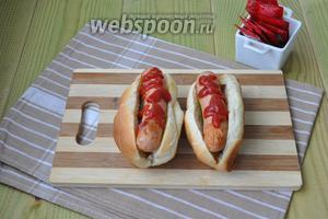 Теперь кетчуп наносим на сосиски.