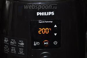 Печь поставим разогревать на 3 минуты, при температуре 200ºC.