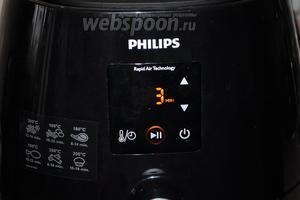 Выставим режим на 3 минуты, при 200ºC. Отправим сосиски в печь.
