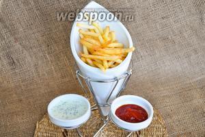 Горячий и хрустящий картофель переложить в french fries holder и подавать немедленно с любыми напитками.