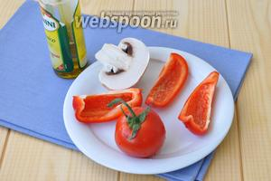 Овощи вымыть разрезать и сбрызнуть оливковым маслом.