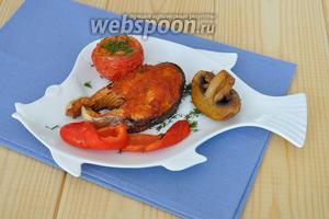Выложить рыбу на тарелку и уложить овощи, с перца удалить шкурку, она хорошо отделяется. Подавать горячей.