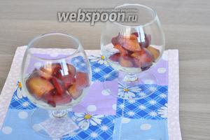 Заполняем бокалы фруктами на половину.