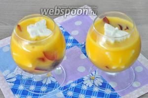 Заливаем апельсиновым соком с желатином. Ставим в холод на 2 часа. Получается 4 коньячных бокала желе.