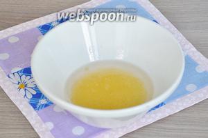 Желатин залить водой и оставить набухать. Внимание! Желатин разделим на две неравные части. 1/3 пойдёт в сметанное желе (его можно приготовить заранее), и 2/3 пойдёт в апельсиновое желе. Когда желатин набухнет, разогреем его на паровой бане до полного растворения, не кипятить!