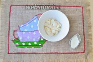 Для глазури приготовим белый шоколад и молоко.
