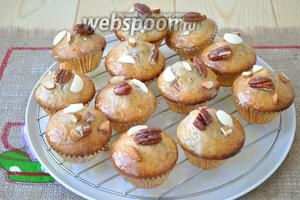 Остывшие маффины обмакнуть верхушкой в глазурь и украсить орешками и кусочками белого шоколада.