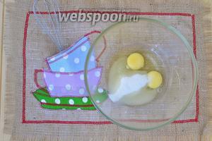Яйца взбить венчиком с сахаром.