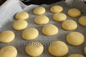 Охлаждённое тесто достать и подержать при комнатной температуре 5 минут, чтобы оно немного размягчилось. Сформировать аккуратные одинакового размера шарики.