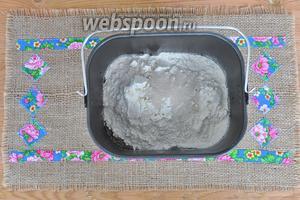 Выложить в ведёрко хлебопечи заваренный солод и мёд и всыпать все остальные ингредиенты по списку.