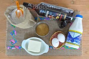 Для капкейков приготовим муку, масло, коричневый сахар, тёмный ром, ванильный ликёр, яйца, разрыхлитель, молоко, сгущёнку.