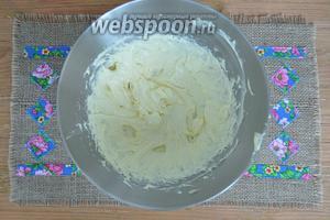 Масло взбить и частями вливать в него сгущённое молоко. Получится пышный крем.