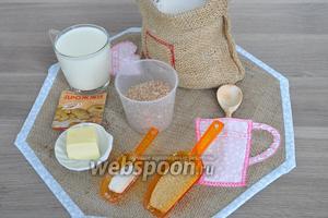 Приготовим продукты: 2 вида муки пшеничная и хлебопекарная, в ней больше клейковины, если использовать пшеничную, то можно добавить чайную ложку панфарина (это добавки для домашней выпечки). Потребуется также сахар коричневый, молоко, отруби пшеничные, масло сливочное, дрожжи.
