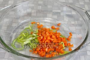 В кастрюлю влить масло, добавить тонко нарезанный лук и морковь кубиками.