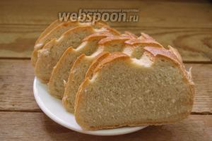 Батон белого хлеба нарезать на кусочки.