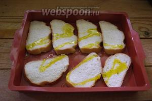Полейте растительным маслом. Разогрейте духовку до 200ºC. Подрумяньте хлеб в духовке около 7 минут.