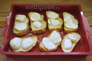 На каждый подсушенный кусочек хлеба выкладываем 3-4 кружка Моцареллы.