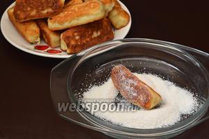 Готовые батончики обвалять со всех сторон в смеси мелкого сахара и ванильного сахара.