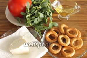 Для салата понадобятся портулак свежий, помидор, сыр, сушки пресные, оливковое масло по желанию.