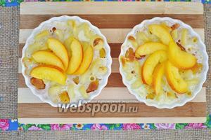 Украсить фруктами возможно сиропом или топингами и подавать. Запеканка хороша в горячем и холодном виде.