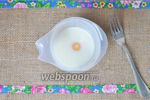 В молоко разбить яйца и взбить вилкой, добавить сахар по вкусу.