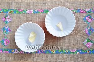 Приготовить форму для макаронника или порционные формочки. Положить в них по кусочку сливочного масла.