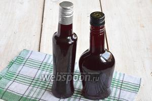 Разлить в бутылки с плотно закручивающимися крышками. Оставить для настаивания минимум на 3 дня. Ликёр готов.