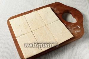 Пока размораживается слоёное тесто, приготовьте белковый заварной крем на водяной бане. Каждый пласт теста разрежьте на 6 частей.