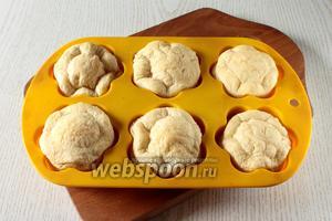 Поставьте форму с тестом на противень и выпекайте в духовке при 180°С в течение 25-30 минут.