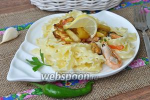 Паста с овощами гриль, креветками и мидиями в устричном соусе
