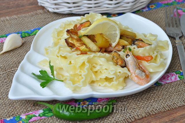 Фото Паста с овощами гриль, креветками и мидиями в устричном соусе