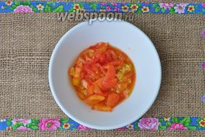 Запечённые томаты мелко нарезать.