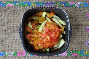 В ведёрко для запекания мультипечи выложить овощи и помидоры.